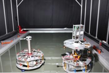 한국항공우주연구원 연구진이 구축한 테스트베드. 청소위성(오른쪽)과 쓰레기를 가장한 물체(왼쪽)이 무마찰의 공간 위를 움직인다. - 한국항공우주연구원 제공